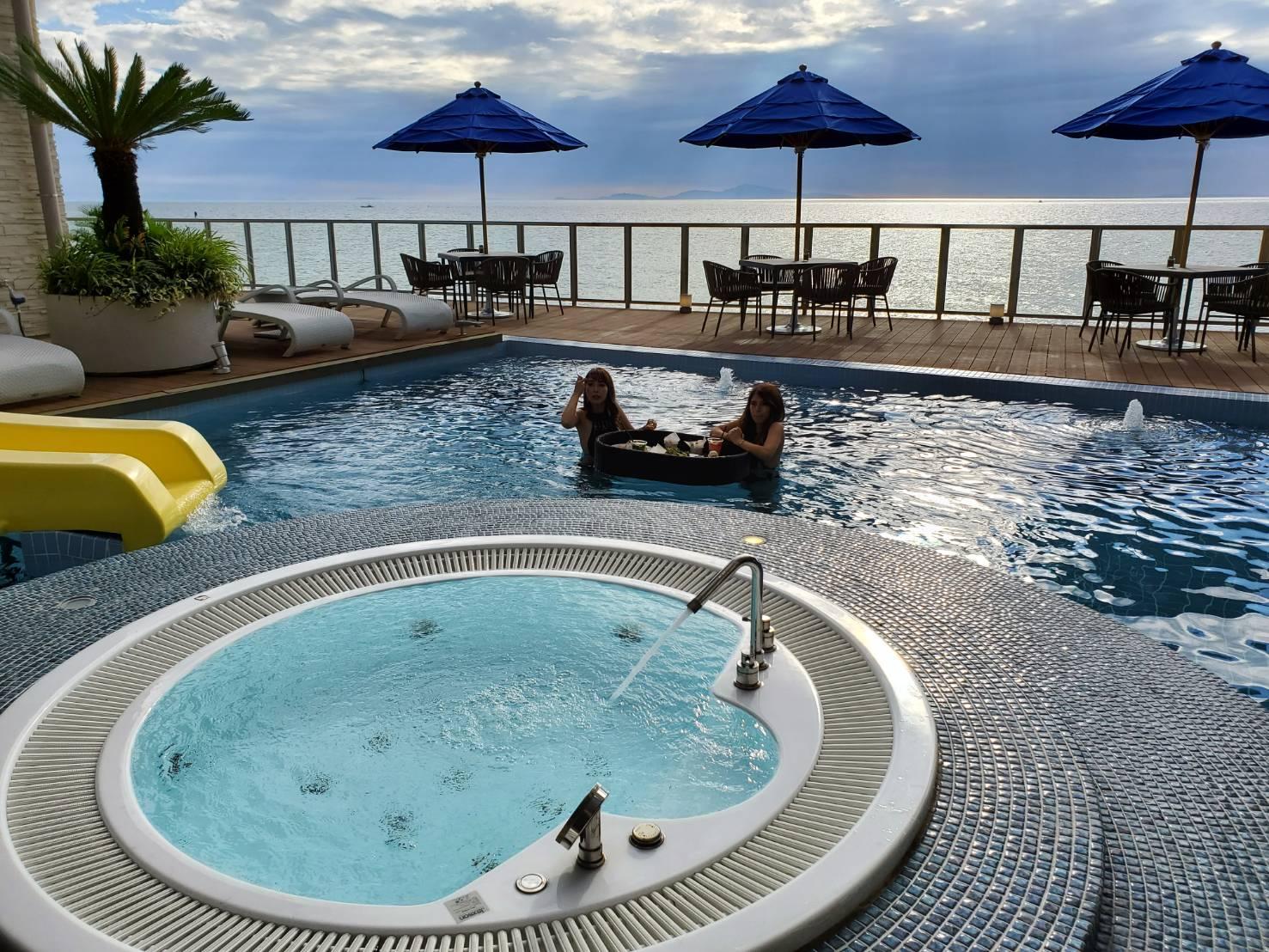Awajishima Cafe提供度假飲品同時讓您享受泳池酒吧。