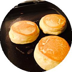 幸せのパンケーキは素材のおいしさをそのままに独自の製法で一枚ずつ丁寧に焼き上げながら純度の高いマヌカハニーを使用した新食感のふわふわパンケーキが自慢です。